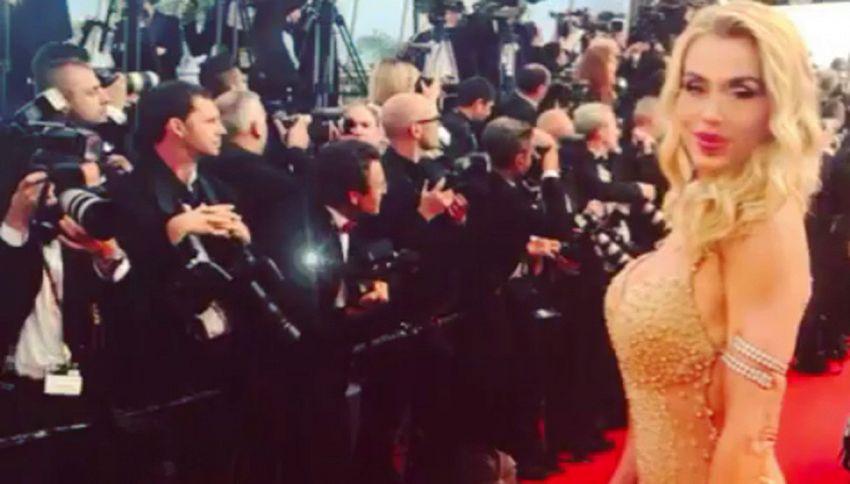 La foto della Marini sul red carpet di Cannes fa discutere