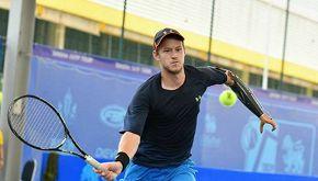 Alex, senza un braccio, realizza il sogno di diventare tennista