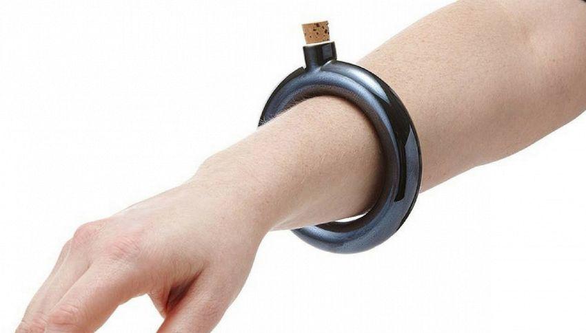 Il bracciale a fiaschetta è il nuovo accessorio dell'estate