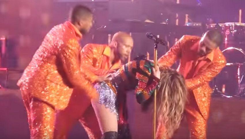 Jennifer Lopez si piega sul palco e non riesce più a rialzarsi