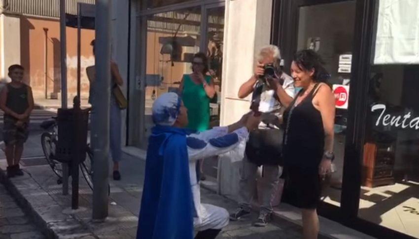 Si traveste da principe azzurro per chiedere la mano dell'amata