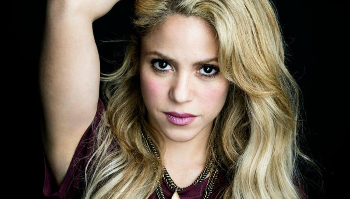 Sull'aereo c'è Shakira e la hostess canta Waka Waka