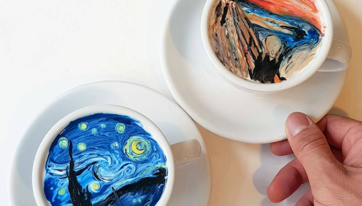 Barista disegna i capolavori dell'arte nel cappuccino