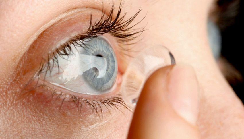 Un chirurgo trova 27 lenti a contatto nell'occhio di una donna
