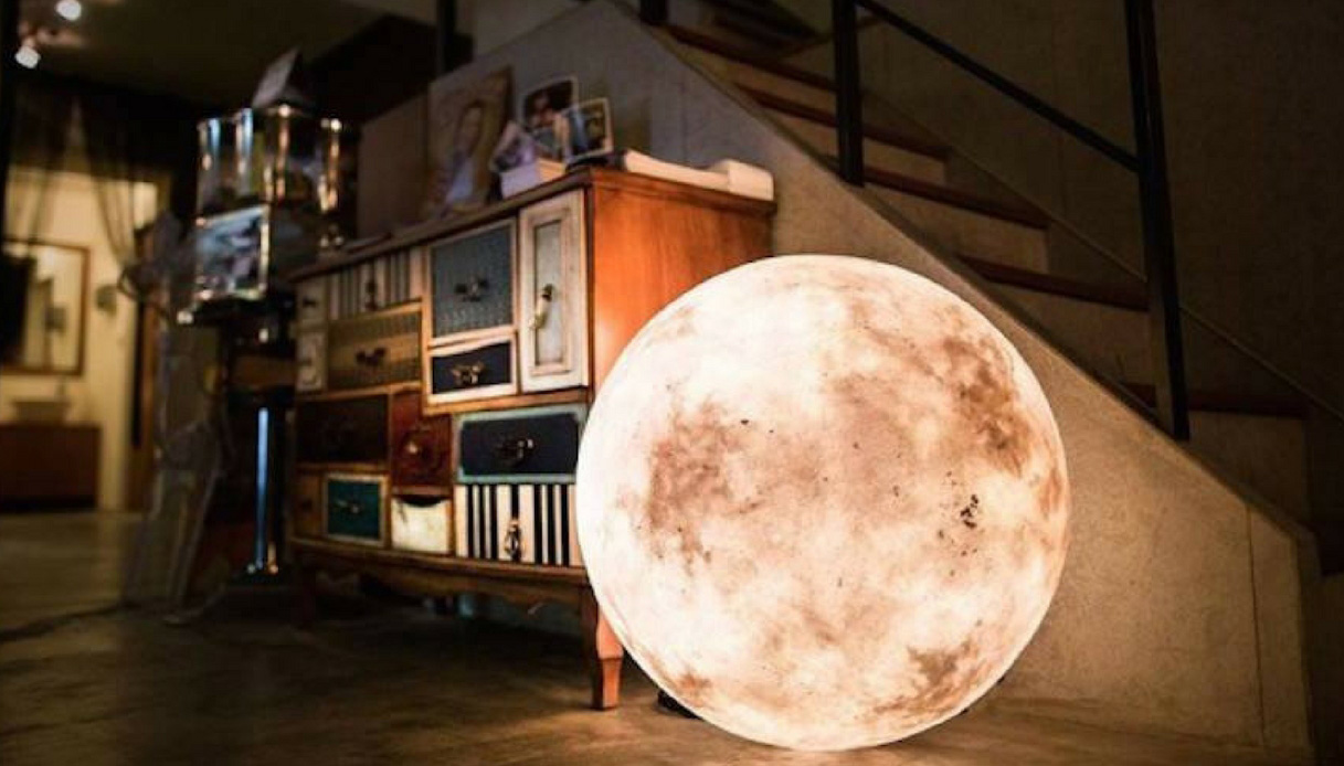 La nuova lampada che porta la luna in casa vostra