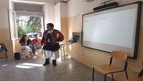 Studente si presenta agli orali della maturità in costume sardo