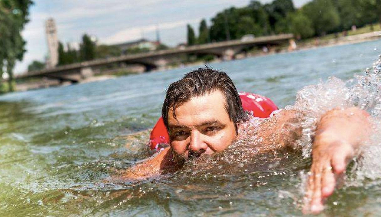 Blocco del traffico in Germania: un uomo va al lavoro a nuoto