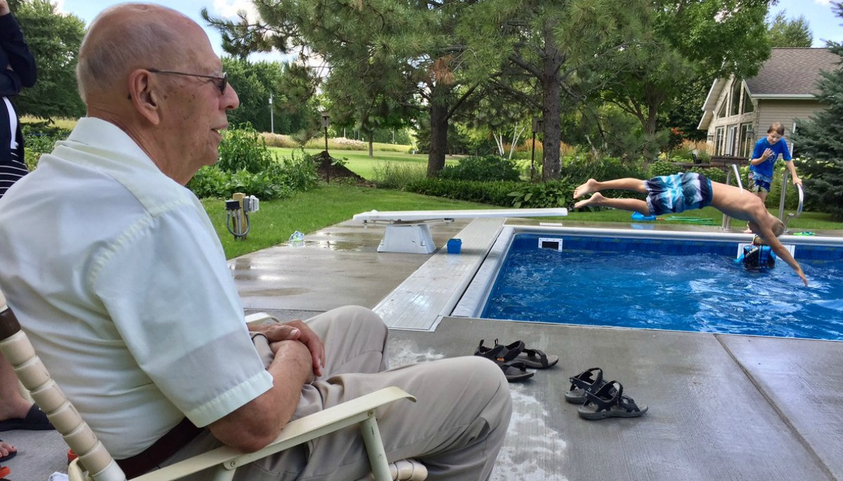 94enne crea piscina per i bimbi del vicinato contro la solitudine