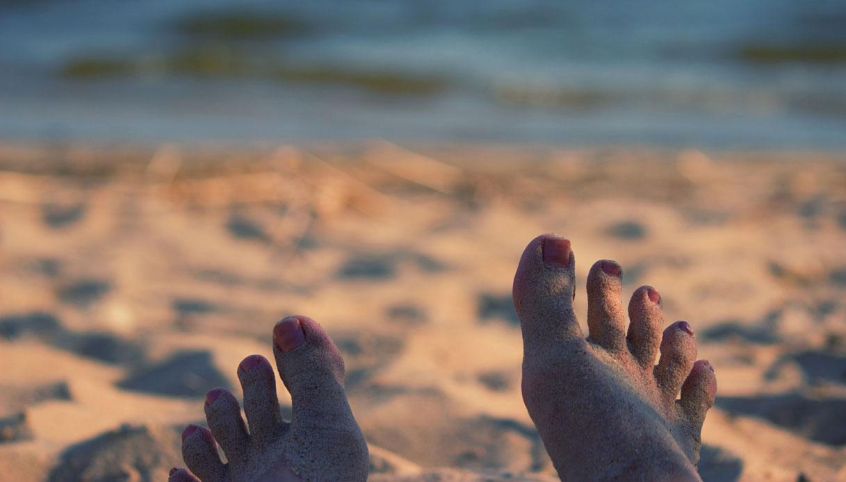 Il modo migliore per togliersi la sabbia dai piedi è questo