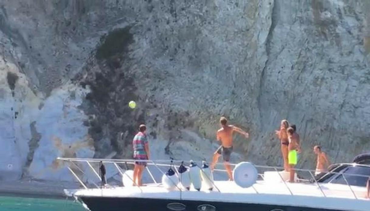 Ponza, Totti stupisce con un passaggio da una barca all'altra