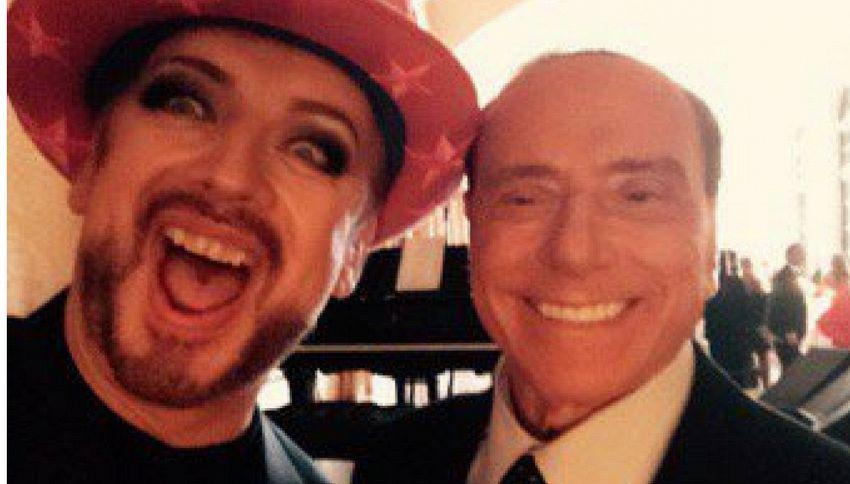 Il selfie di Silvio Berlusconi e Boy George è la foto del giorno