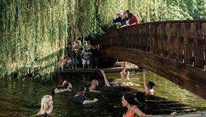 Anello da 3mila dollari cade nel lago durante proposta di nozze