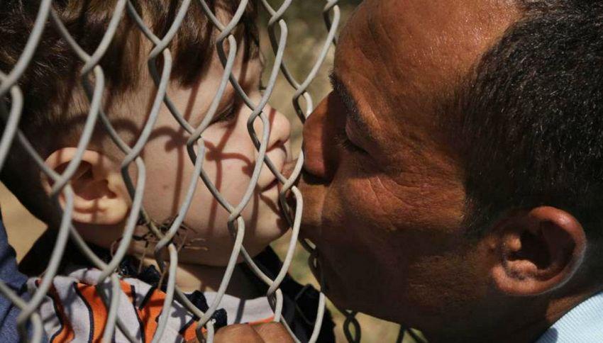 Il commovente bacio del papà siriano ai figli attraverso la rete