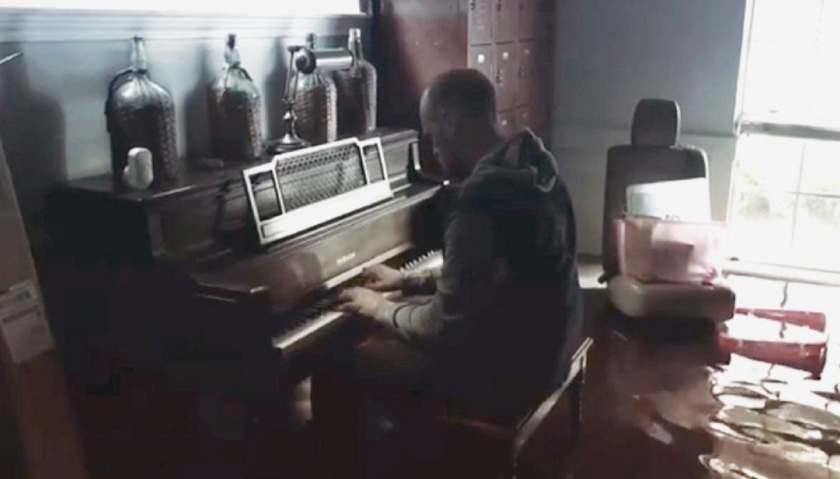 Torna nella casa devastata dall'uragano per suonare il pianoforte