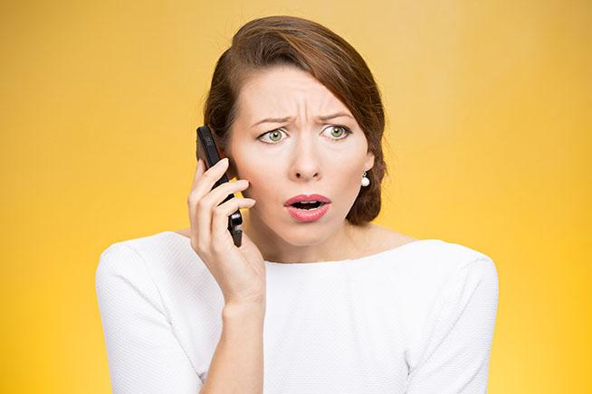 Donna preoccupata al telefono