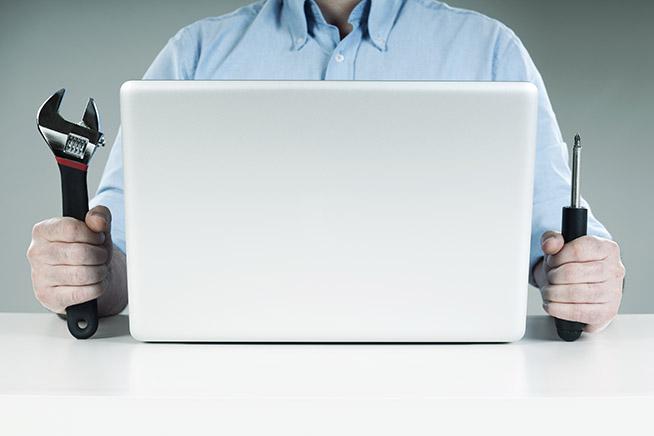 Utente con utensili fai da te per aggiustare computer