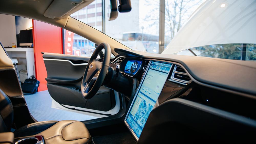 Tesla hackerata in pochi secondi con un malware per smartphone. Video