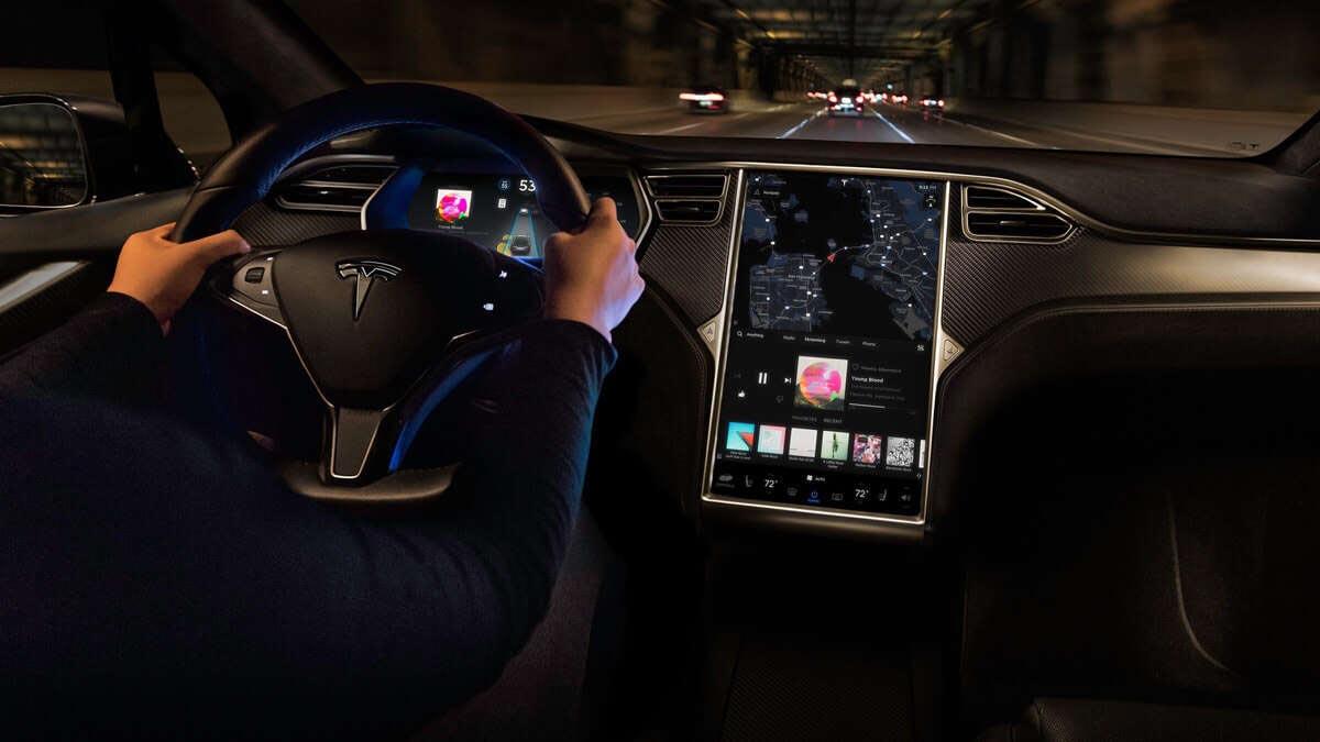 Pilota automatico Tesla, incidente evitato grazie ai sensori in auto
