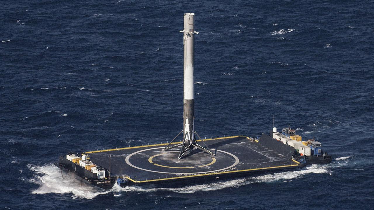 Space X, il razzo Falcon 9 atterra da solo in mezzo all'Atlantico