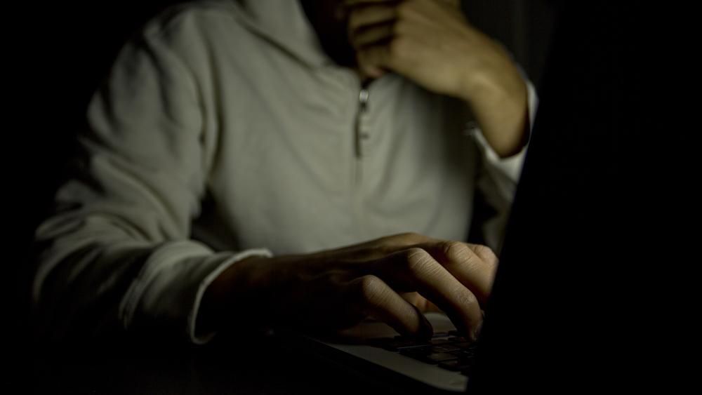 Le fasi dell'adescamento online dei minori, i consigli della Polizia