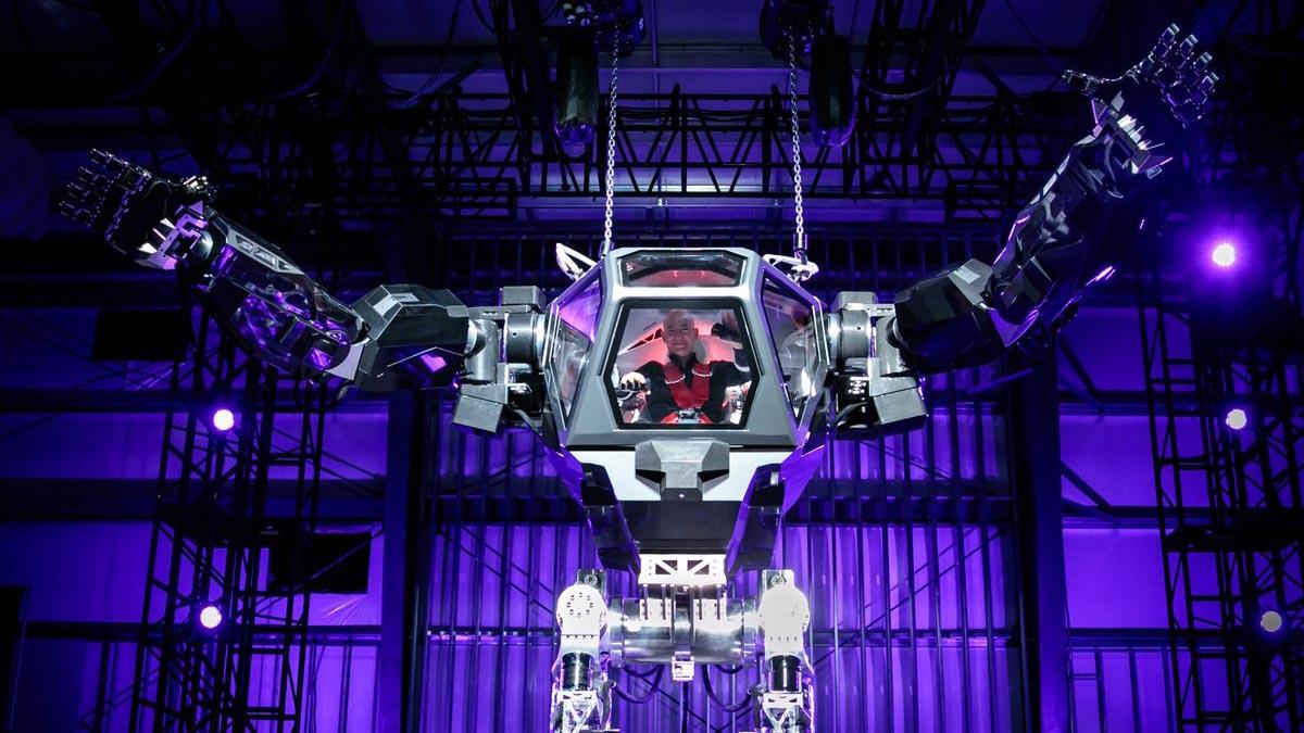 Jeff Bezos alla guida dei robot giganti che sembrano dei Transformers