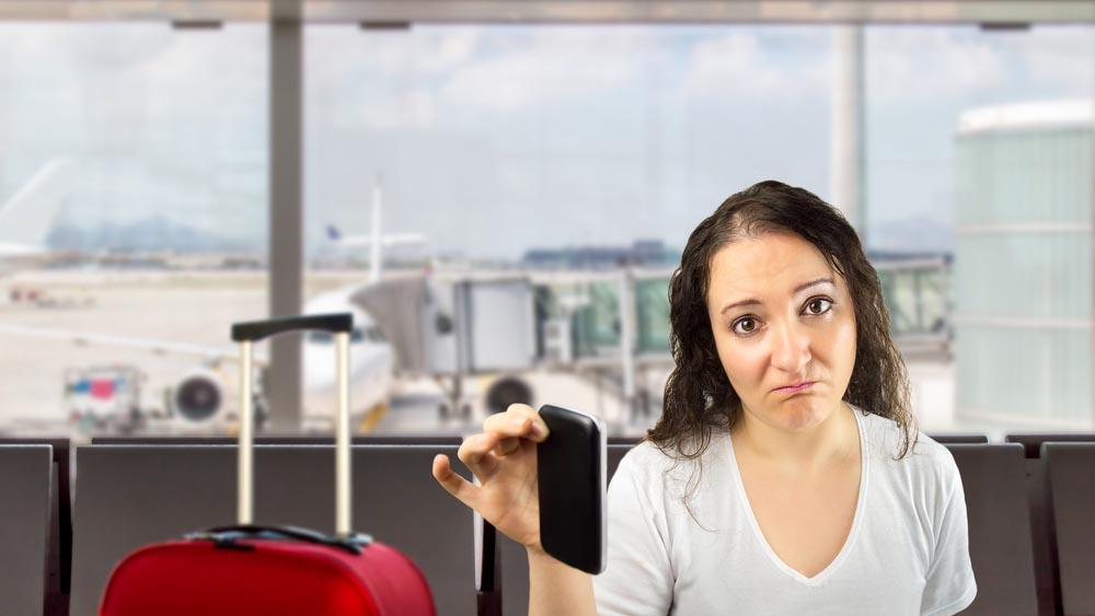 Cellulare scarico in aeroporto, rischi di doverlo lasciare a terra