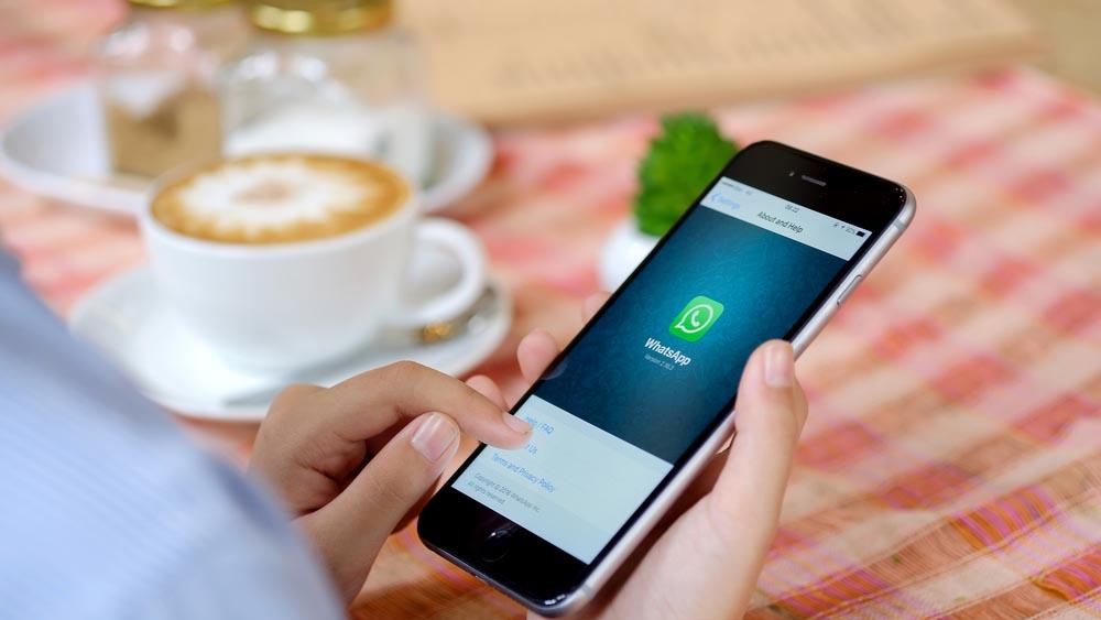 WhatsApp si arrende agli utenti: ritornano gli status testuali