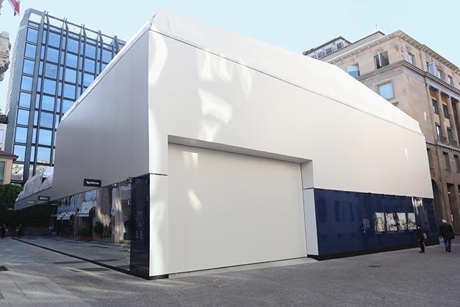 La recinzione che copre il cantiere dei lavori per la costruzione dell'Apple Store in piazza Liberty a Milano