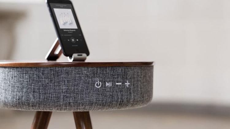 Questo elegante tavolino da salotto suona e ricarica anche il telefono