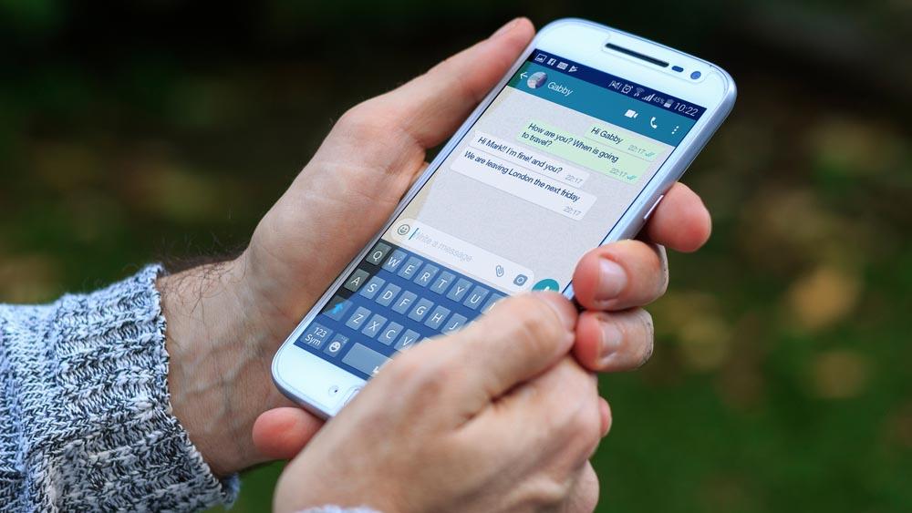 WhatsApp, non solo foto negli stati: arrivano gli sfondi colorati
