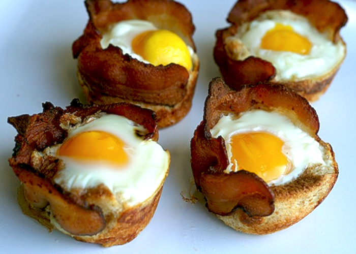 Crostini alle uova con bacon