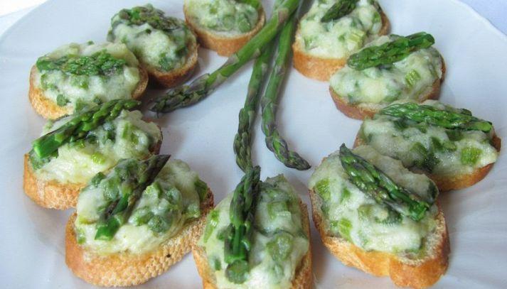 Piccoli canapé con crema di asparagi e nocciole