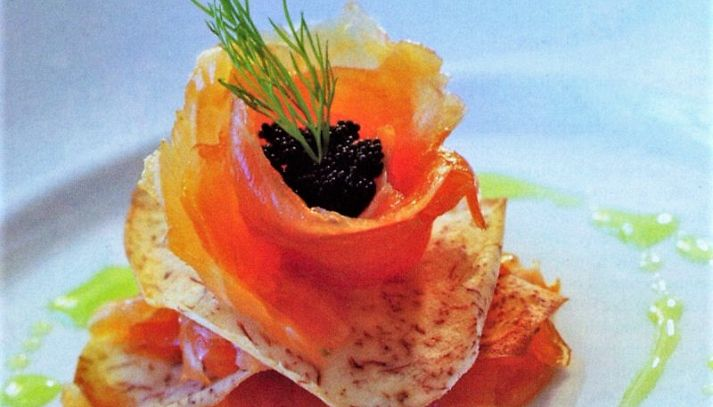 Mimosa di salmone marinato con insalata di patate e caviale