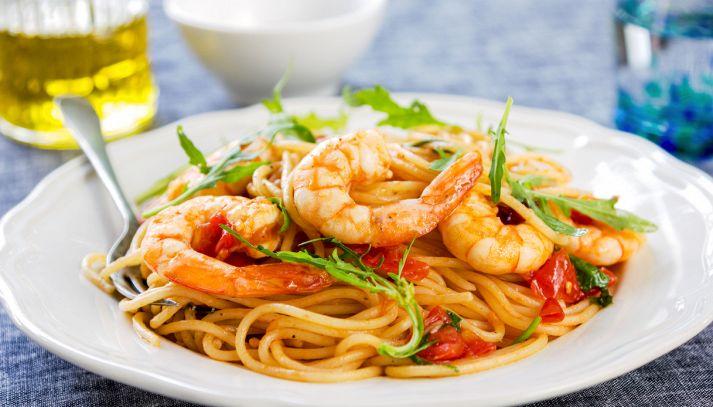 Spaghetti con capesante, gamberetti e rucola