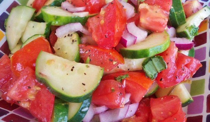 Insalata di pomodori cetrioli e cipolla