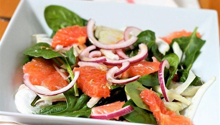 Insalata di spinaci, pompelmo e olive