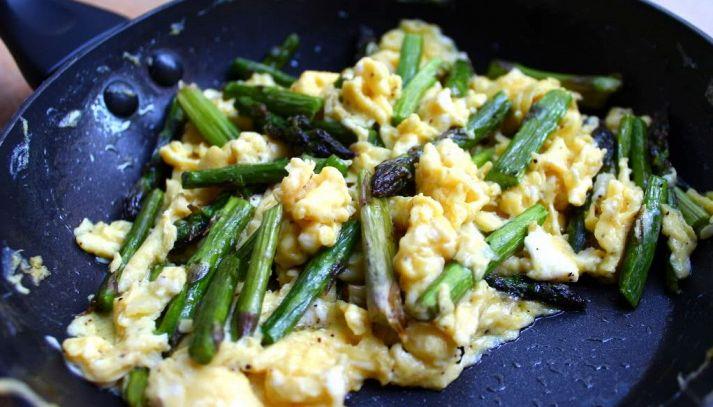 Punte di asparagi con uova strapazzate