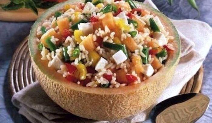 Insalata di riso e melone nel guscio