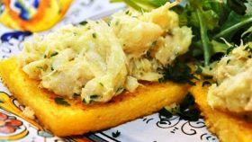 Baccalà mantecato servito su crostini di polenta e rucola