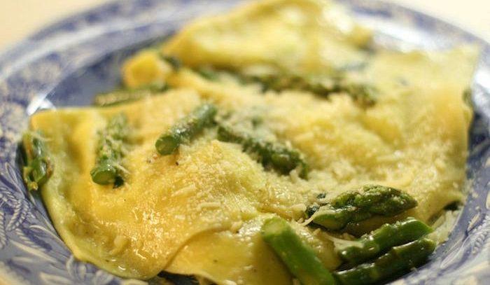 Ravioli con ripieno di asparagi