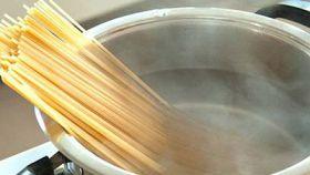 10 utilizzi dell'acqua della pasta