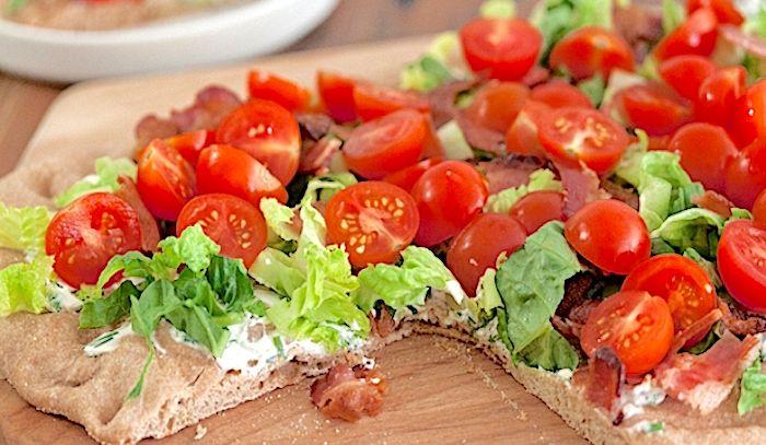 Pizza alla pancetta, lattuga e pomodori