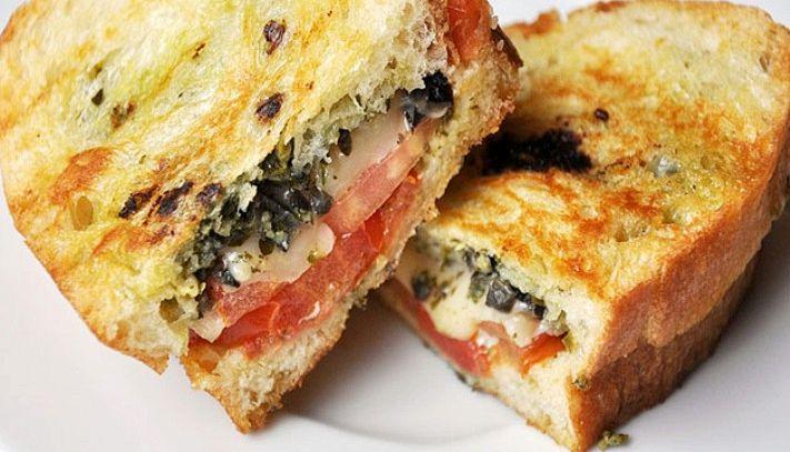 Sandwich al pesto, olive e formaggio