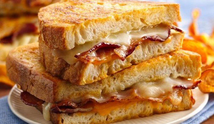 Sandwich bacon e formaggio