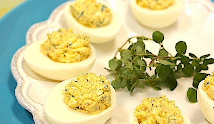 Uova farcite alle erbe e caprino