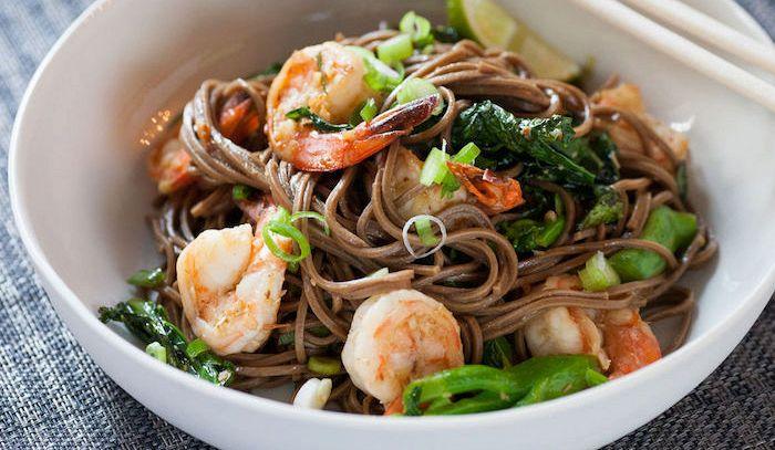Spaghetti di soia con verdure e gamberetti