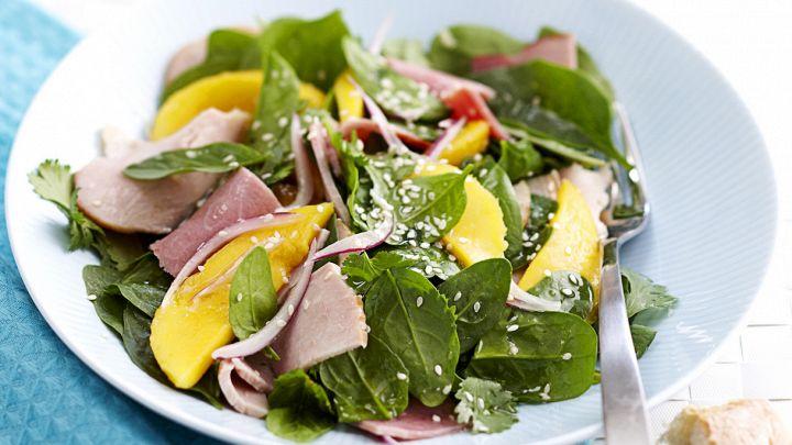 Un'insalata freschissima e dal sapore esotico per un pranzo diverso dal solito