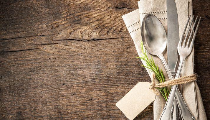 Piegare i tovaglioli di stoffa per una tavola bella ed elegante