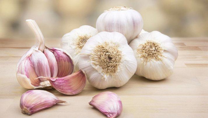 Mangiare aglio crudo a stomaco vuoto, questi i benefici
