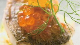 Branzino con uova di salmone